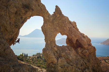 シニア女性ロック ・ クライマー崖の上。カリムノス島、ギリシャ。
