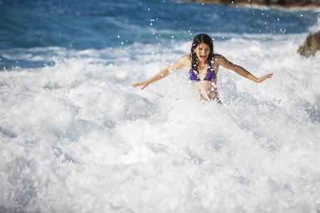 mujer ba�andose: Ba�o mujer joven en el mar de asalto, alta ola s�lo ella se apoder�
