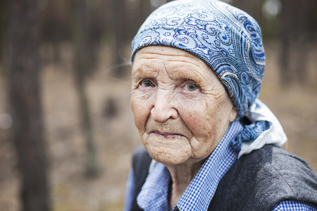 Portrét ženy staré ženy s úsměvem venku