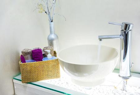 モダンなバスルームの洗面台のクローズ アップを間します。