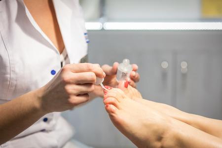 pedicura: Ver recortada de la mujer que consigue una pedicura en el salón de belleza Foto de archivo