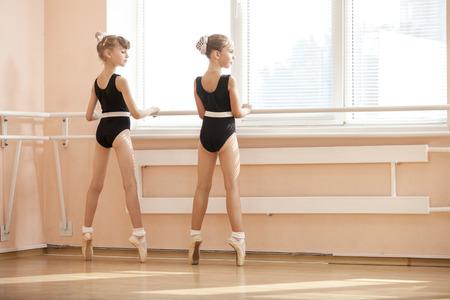 Jonge ballerina die zich op poite bij barre in ballet klas Stockfoto