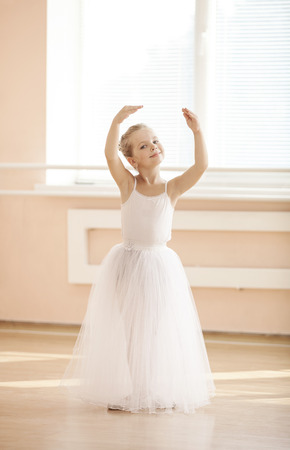 petite fille avec robe: Danse jeune ballerine dans tutu blanc