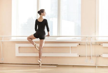 若いバレリーナのバレエのクラスにバレで poite の上に立って