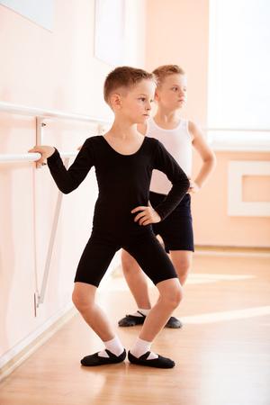 ballet hombres: chicos j�venes que trabajan en la barra en una clase de baile de ballet. Foto de archivo