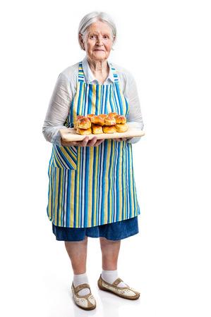 vejez feliz: Mujer mayor que sostiene bollos frescas sobre blanco