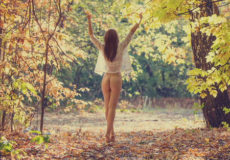 Beautiful naked woman in a forest on a summer day 版權商用圖片