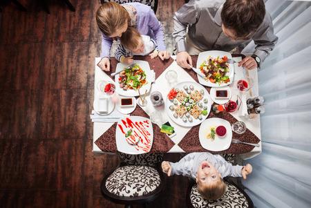 Familie von vier mit Essen in einem Restaurant Standard-Bild - 55686768