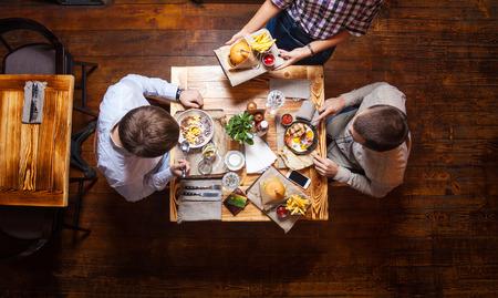 Junge Männer Mittagessen in einem Café, Ansicht von oben Standard-Bild - 55687727