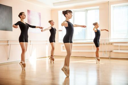 danza moderna: Jóvenes bailarines en clase de ballet