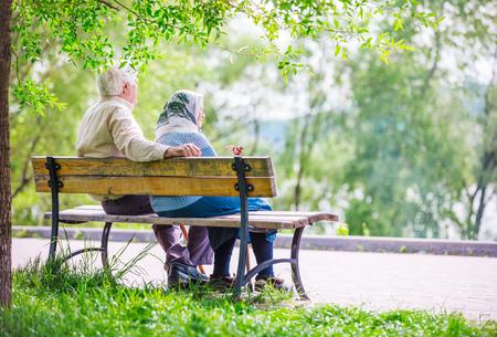 Elderly couple resting at the park Foto de archivo