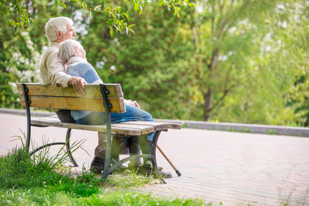Elderly couple resting at the park Imagens