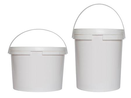 Deux seaux en plastique blanc