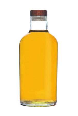 Oliwa z oliwek w butelce na białym