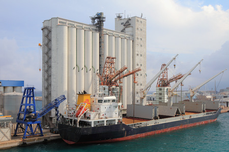 Elevator and bulk carrier with grain, seaport. Savona, Italy 에디토리얼