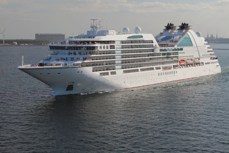 Cruise liner on small to course. Copenhagen, Denmark Stockfoto - 112132322