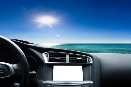 zicht op de weg vanuit de auto