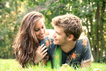 公園で楽しくしている若いカップル 写真素材