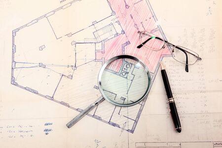 mapa cadastral velho com óculos e caneta