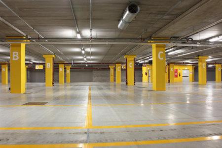 een lege grote ondergrondse parkeergarage