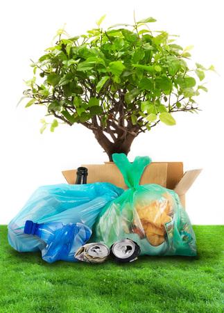 白い背景にリサイクルされる廃棄物