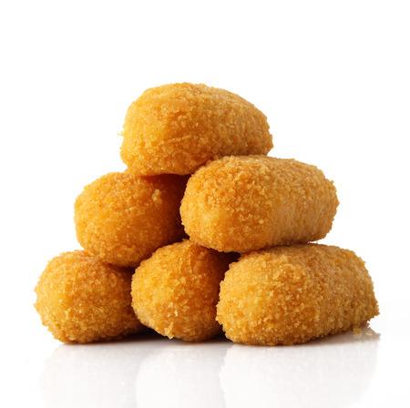 aardappelen gebakken kroketten op witte achtergrond