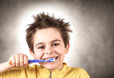 Petit garçon se brosser les dents Banque d'images - 98463623