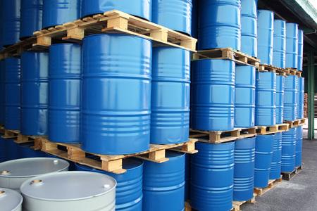 De nombreux fûts pour liquides chimiques Banque d'images - 107595550