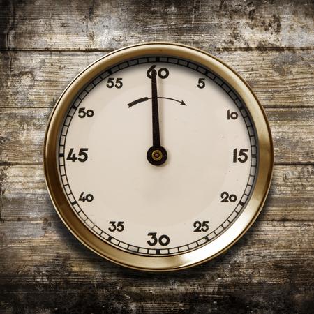 eine Vintage-Uhr auf einem hölzernen Hintergrund Standard-Bild