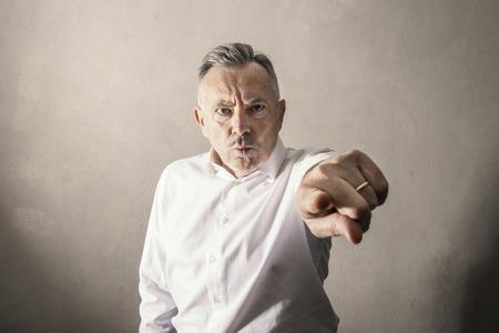 un uomo di Stern e sguardo arrabbiato Archivio Fotografico
