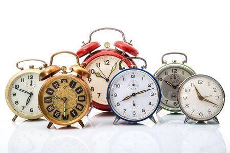 una colección de despertadores antiguos