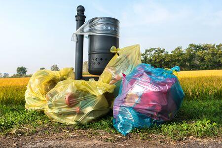 sacs poubelles abandonnés près de la pelouse