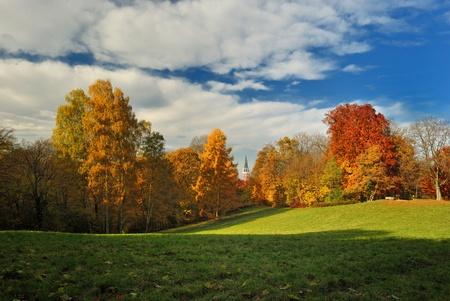 Herbst in den Bergen mit einer Kirche