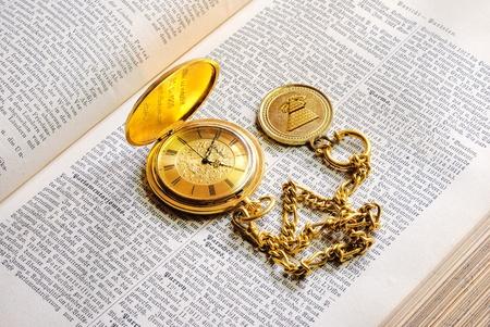 Alte Taschenuhr und Lexikon