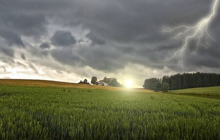 Bauernhaus mit einem Gewitter und Sonne