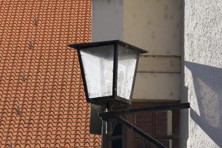 gro�e Dach mit Ziegeln und einer Laterne bedeckt Lizenzfreie Bilder
