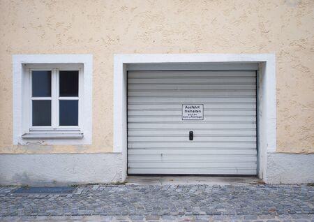 altes Haus in der Stadt mit Garage
