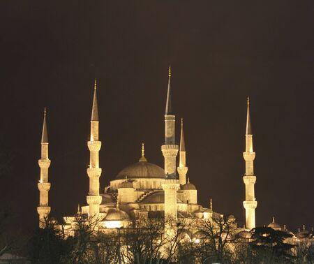 검은 하늘에 대하여 블루 모스크의 황금 불빛