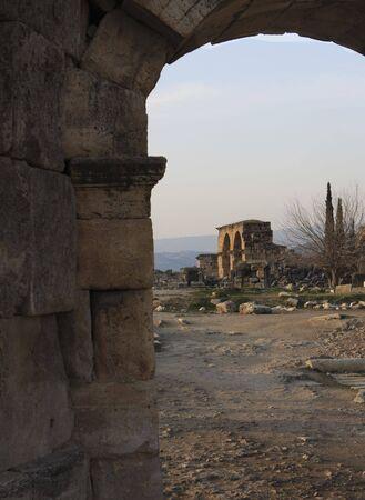히 에라 폴리스의 로마 유적은 터키 파묵칼레에서 발견됩니다. 스톡 콘텐츠
