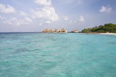 몰디브 섬의 열대 해변과 카바나