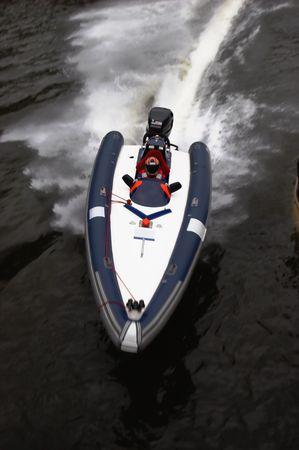 bateau de course: Bateau de course sur une courbe Banque d'images