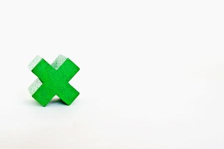 multiplicar: Madera se multiplican verde aislado en un fondo blanco