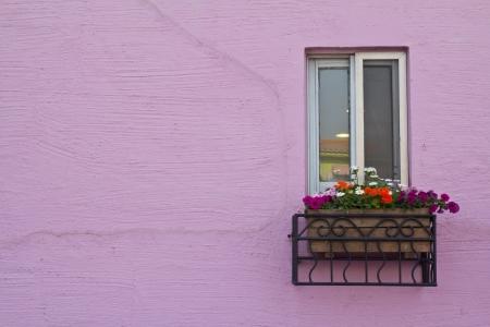 case colorate: finestra sulla parete rosa con lo spazio