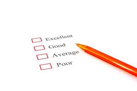 questionaire: formulario de la encuesta de calidad con la pluma que muestra concepto de marketing
