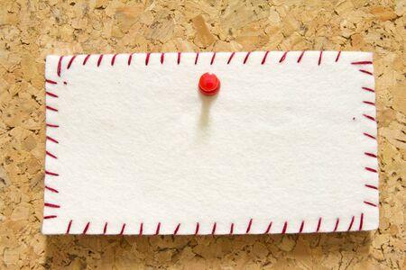 corkwood: nota de aviso con el pin de color naranja en el panel de corcho