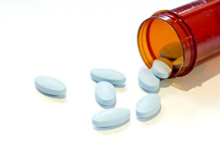 enfermedades mentales: P�ldoras azules un frasco de pastillas en el fondo blanco