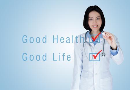 buena salud: médico de la mujer del médico del doctor sobre el fondo azul. La buena salud buena vida Foto de archivo