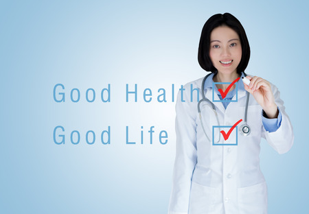 buena salud: Medical physician doctor woman over blue background. Good health Good life