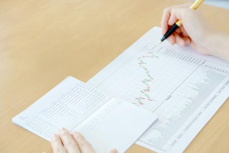 Informe de resumen de negocios y concepto de análisis financiero, Foto de archivo - 75299958