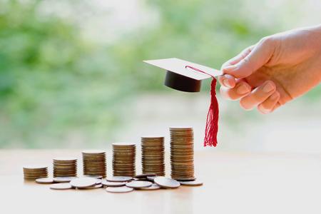 Vrouw die voor eudcation sparen